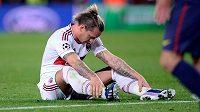 Zklamaný obránce AC Milán Philippe Mexes po vyřazení v Lize Mistrů od Barcelony.