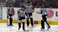Hokejoví rozhodčí - ilustrační foto