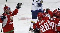 Hokejisté Běloruska se radují z branky.