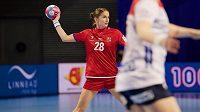 Česká střední spojka Šárka Marčíková rozehrává akci v zápase proti Norsku.