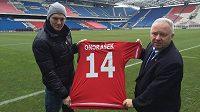 Zdeněk Ondrášek dostal ve Wisle Krakov dres s číslem 14, na snímku s ním je prezident klubu Piotr Dunin-Stuligostowski.