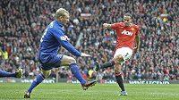 Rio Ferdinand (vpravo) pálí v duelu Premier League proti Evertonu, střelu se snaží zblokovat Tony Hibbert