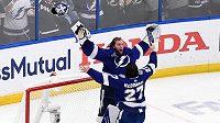 Radost v podání hokejistů Tampy po zisku Stanley Cupu. Brankář Lightning Andrej Vasilevskij (88) slaví s obráncem Ryanem McDonaghem (27)