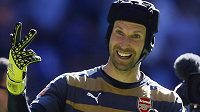 Anglický Superpohár jsem vyhrál už potřetí, naznačuje gestem brankář Arsenalu Petr Čech.