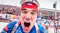 Michal Krčmář se raduje z třetího místa ve stíhácím závodě v německém Ruhpoldingu.