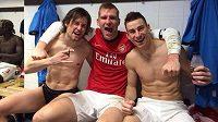 Per Mertesacker (uprostřed), Laurent Koscielny (vpravo) a Tomáš Rosický slaví výhru Arsenalu na hřišti Newcastlu.