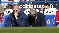 Kouč Arséne Wenger (vpravo) si tisící zápas na lavičce Arsenalu určitě nepředstavoval jako debakl s Chelsea.