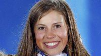 Eva Samková pózuje v Soči se zlatou olympijskou medailí ze snowboardkrosu.