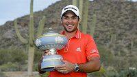 Australský golfista Jason Day pózuje s vítěznou trofejí.