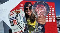 Eva Samková se chlubí svou nejnovější trofejí.