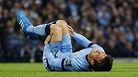 Záložník Manchesteru City David Silva se svíjí v bolestech během osmifinále Ligového poháru s Newcastlem.