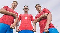 "Nové ""lví"" dresy fotbalové reprezentace. Zleva Antonín Barák, Jaromír Zmrhal a Vladimír Darida."