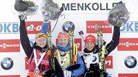 Nejlepší tři biatlonistky ze závodu SP na Holmenkollenu:(zleva) stříbrná Běloruska Darja Domračevová, vítězka Kaisa Mäkäräinenová z Finska a bronzová Veronika Vítková.