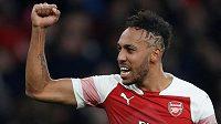 Útočník Arsenalu Pierre-Emerick Aubameyang oslavuje svoji gólovou trefu v derby s Tottenhamem.