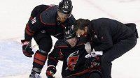 Zraněnému Andreji Svečnikovovi museli z ledu pomáhat spoluhráči a člen realizačního týmu.