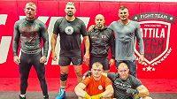 Václav Mikulášek (vlevo) maká v Trnavě ve Spartakus Fight Gym. V přpravě mu pomáhá Attila Végh (druhý zleva) a celý jeho tým.