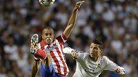 Obránce Atlétika Madrid Miranda (vlevo) v souboji s Cristianem Ronaldem z Realu Madrid.