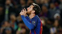 Lionel Messi, režisér hry Barcelony, oslavuje svoji trefu proti Borussii Mönchengladbach.