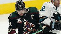 Hokejistům Arizony bude v NHL tři až čtyři týdny chybět kapitán Oliver Ekman-Larsson