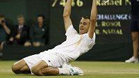 Lukáš Rosol se raduje z vítězství nad Rafaelem Nadalem ve druhém kole Wimbledonu.