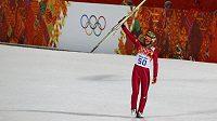 Polský skokan na lyžích Kamil Stoch se raduje z olympijského triumfu na velkém můstku.