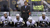 Kouč Dan Bylsma (vzadu) na střídačce Tučňáků z Pittsburghu.