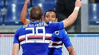 Fotbalisté Sampdorie Janov Lorenzo De Silvestri (vlevo) se raduje s Luise Fernandem Frutem Murielem z gólu.