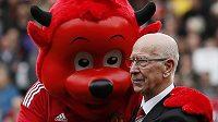 Sir Bobby Charlton s maskotem Manchesteru United.