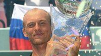 Ruský tenista Nikolaj Davyděnko s trofejí pro vítěze turnaje v Key Biscayne. Další vavříny už na profesionálním okruhu nezíská, svoji bohatou kariéru ukončil.