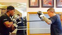 Do ringu se vrátí boxerská legenda Nigel Benn (vlevo), kterému je pětapadesát let. Třiadvacet let neměl zápas.