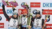 Medailistky ze závodu SP v Oberhofu: (zleva) stříbrná Italka Dorothea Wiererová, uprostřed česká vítězka Veronika Vítková a bronzová Nicole Gontierová z Itálie.