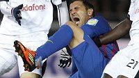 David Villa se kácí v bolestech se zlomenou holení.