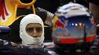 Pilot Red Bullu Daniel Ricciardo v boxech při závodu v Bahrajnu.