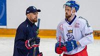 Filip Hronek v diskuzi s hlavním trenérem hokejové reprezentace Filipem Pešánem.