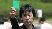 Japonský sudí Kaoru Takeuči vytahuje zelenou kartu.