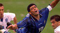 Legendární argentinský fotbalista Diego Maradona plachtí na archivním snímku vzduchem během utkání na MS 1994. Nyní svět zasáhla smutná zpráva, Maradona zemřel.
