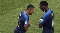 Kylian Mbappé (vlevo) oslavuje svůj gól proti Chorvatům s Paulem Pogbou.