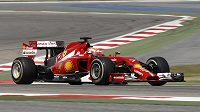 Kimi Räikkönen se svým ferrari při testech v Bahrajnu.