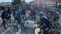 Tři cyklisté elitní německé stáje Bora-hansgrohe utrpěli zranění poté, co se při tréninkové jízdě v Itálii dostali do kolize s autem.