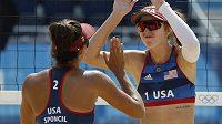 Americké plážové volejbalistky Kelly Claesová a Sarah Sponcilová slaví vítězství.