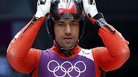 Bruno Banani z Tongy se připravuje na svoji jízdu v olympijské soutěži sáňkařů.