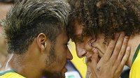 Neymar ve chvílích, kdy blahopřál Davidu Luizovi k druhé brazilské brance ve čtvrtfinále s Kolumbií.