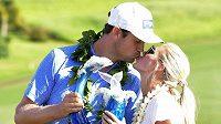 Americký golfista Harris English na turnaji v rezortu Kapalua na Havaji ukončil déle než sedmileté čekání na třetí triumf na PGA Tour. Na snímku líbá svou ženu Helen.