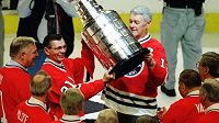 Stan Mikita (druhý zleva) se slavným Stanley Cupem.