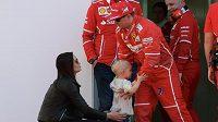 Prcek přinesl tátovi štěstí. Kimi Räikkönen během testů v Barceloně se synem Robinem a manželkou Minttu Virtanenovou.