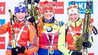 Tři nejlepší závodnice ve sprintu závodu SP v Presque Isle: (zleva) stříbrná Susan Dunkleeová z USA, vítězka Gabriela Soukalová a třetí Krystyna Guziková z Polska.