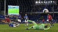 Útočník Manchesteru United Edinson Cavani skóruje v poháru proti Evertonu.