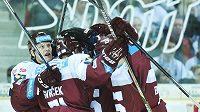 Hokejisté Sparty se radují z třetího gólu proti Liberci.
