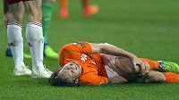 Nizozemský fotbalista Daley Blind se drží za zraněné koleno v utkání proti Lotyšsku po střetu s Eduardsem Viskanovsem.