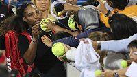 Serena Williamsová rozdávala autogramy po exhibici v Abú Zabí.